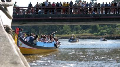 """uma """"plateia"""" de espectadores ansiosos por assistirem à passagem destas embarcações ( já no rio Boco)"""